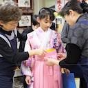 小学校の卒業式で袴という選択。家族の手で着付けをしてあげられる喜びを発信する呉服店