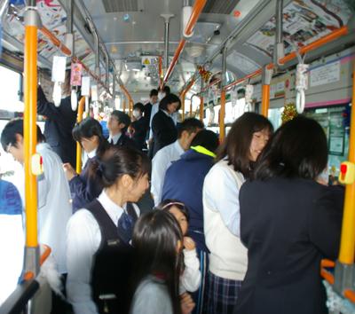 横浜市営バスのクリスマスラッピングが気になります。中もすごいそうなのですが気になります。調査してください!!(ペコペコさんのキニナル)