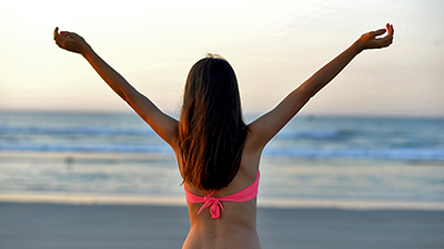 夏だ、海だプールだ!ブラジリアンワックス脱毛でつるすべ肌に