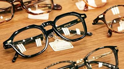 鯖江産など全フレーム30%オフのメガネがずらり。時計修理も!